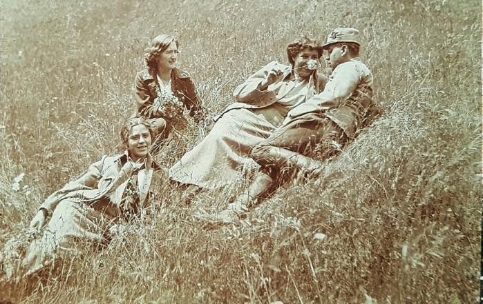 Anny mit Kameraden und Kameradinnen auf der Wiese