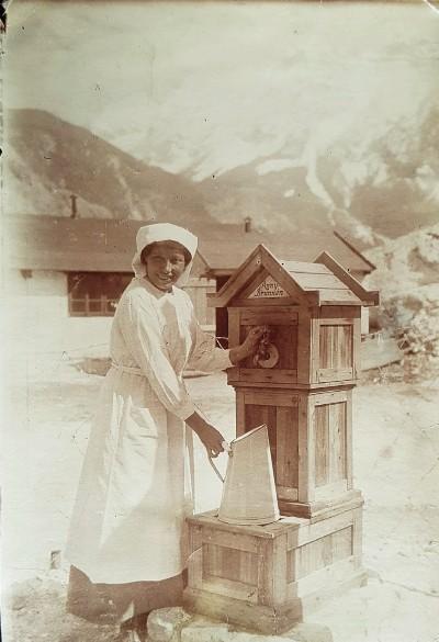 Anny Pinter am Anny-Brunnen im Ersten Weltkrieg