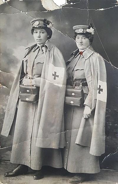 Anny Pinter und Hansi Michaelis in offizieller Schwesterntracht