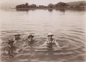 Schwimmende Damen mit Hut 1890