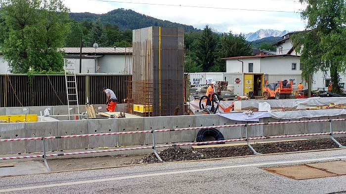 Errichtung des Aufzugsschachtes auf Bahnsteig 2