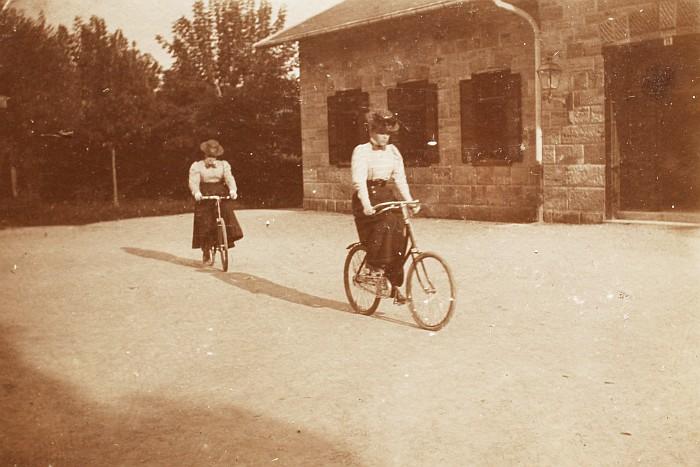 Radfahrerinnen vor Bahnhofsgebäude 1898