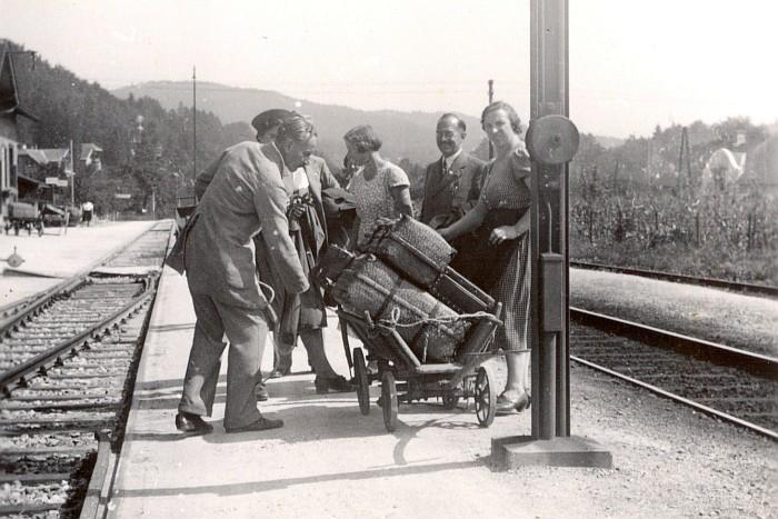 Gästeankunft am Bahnhof Krumpendorf 1940
