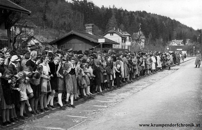 Warten auf den Führerzug am Bahnhof Krumpendorf