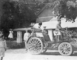 Automobil vor Bahnhofrestauration in Krumpendorf 1890er