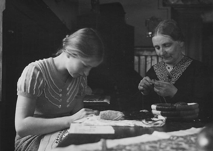 Susanne Egger mit ihrer Mutter beim Handarbeiten, 1930er
