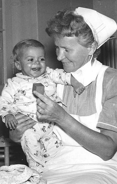 Dora Egger als Säuglingsschwester