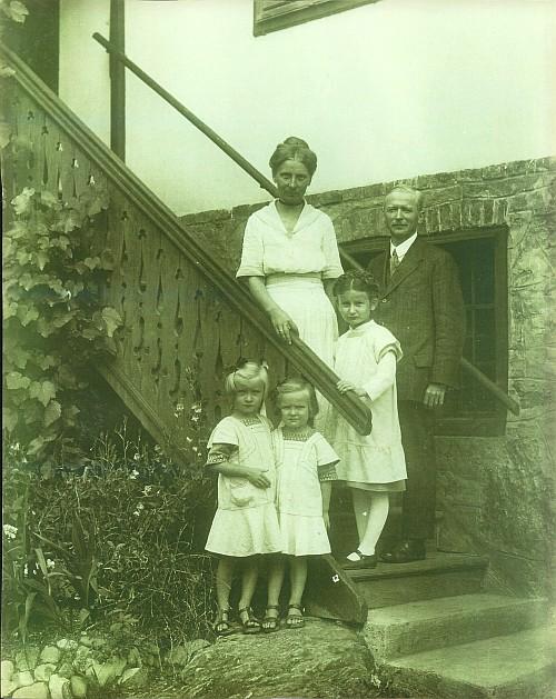 Egger Familie vor Villa Seeheim 1916/17
