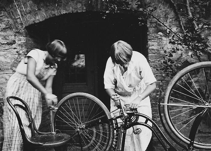 Zwei Egger Schwestern beim Radlputzn 1929