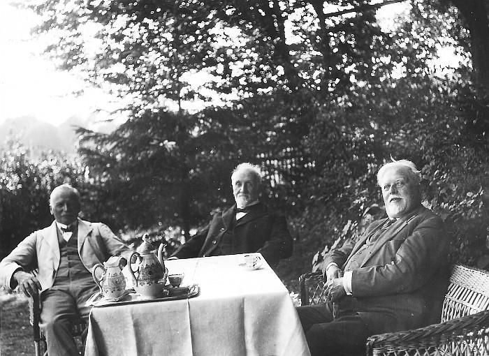 Karl Stooß und Hermann Egger im Garten