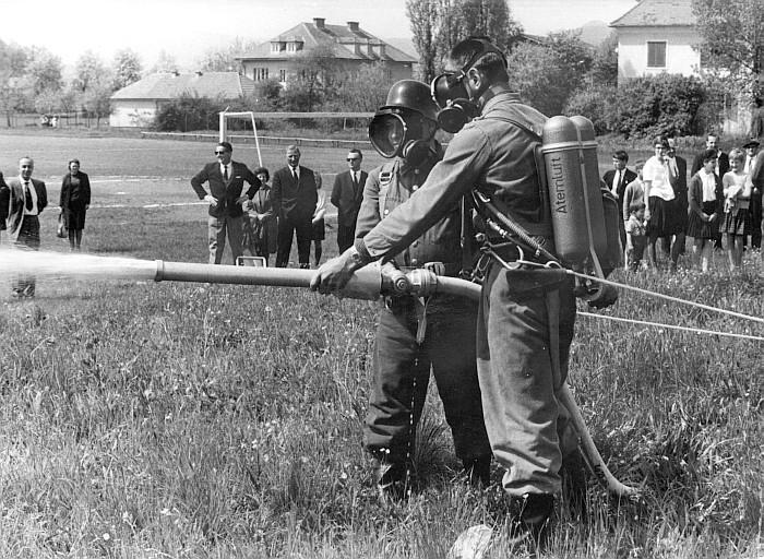 Schauübung der FFK am 7.5.1964 am Sportplatz