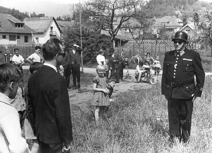 Schauübung der FFK am 7.5.1964 am Sportplatz; Bgm Neidhart und Kdt. Hans Koch