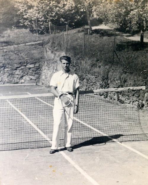 Mein Bruder am Tennisplatz