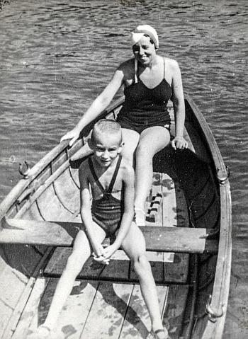 Meine Mutter und ich im Ruderboot