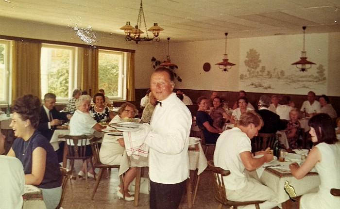 Der Ober serviert im neuen Speisesaal um 1970