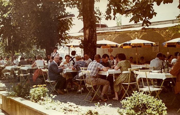Gastgarten des Krumpendorferhofes um 1960
