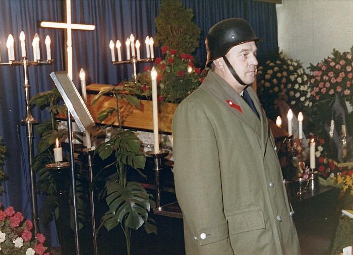 Totenwache am Sarg von KR Hans Koch in der Aufbarungshalle in Pirk