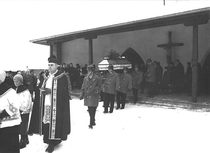 Begräbnis von KR Hans Koch mit Pfarrer Karre am Friedhof in Pirk