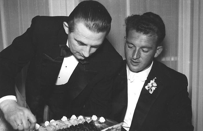 Ober Werner Szuchy serviert Hans Koch 1956