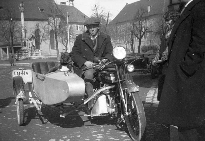 Hans Koch sen. mit Motorrad am Heligengeistplatz