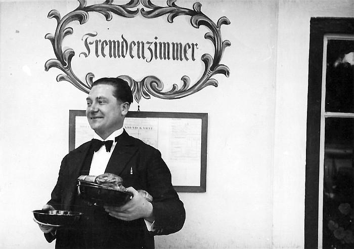 Ober Franz vor dem Gasthof Koch 1941