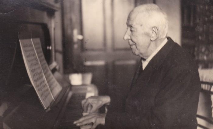Komauer am Klavier 1944