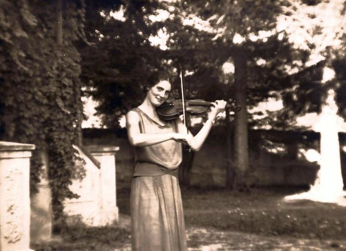 Dorli Streicher mit Violine