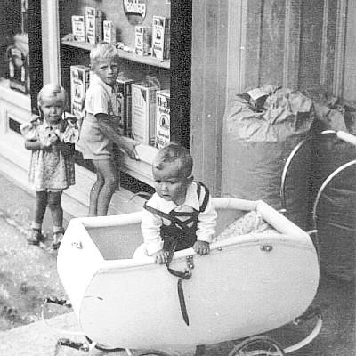 Kopper Kinder vor dem Geschäft Jäger 1941