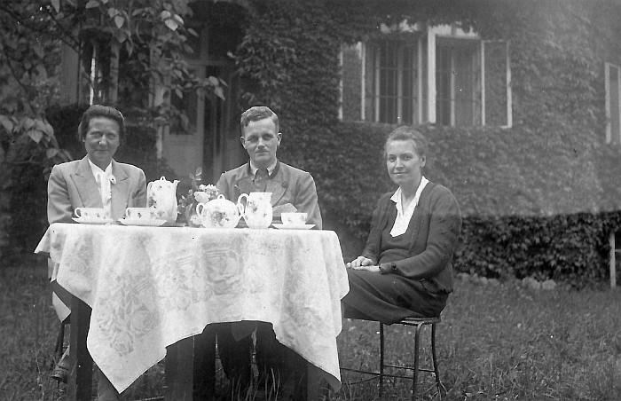 Stiefmutter Hilde Dinklage, Karl und Marie Dinklage (v.l.) vor Villa Assmann ca. 1945 (Foto: Ustar)
