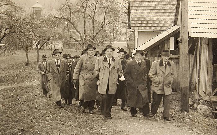 Sänger des MGV Seerösl auf dem Weg in die Kirche 1954