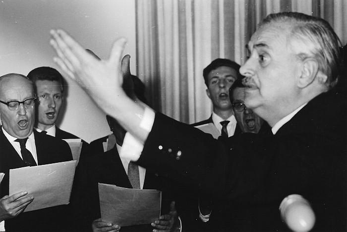 Franz Babitsch dirigiert den MGV Seerösl 1962