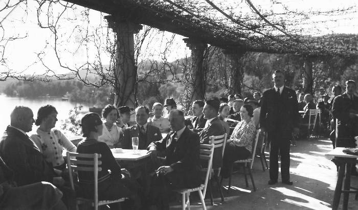 Gäste im Café-Restaurant Schrottenburg 1937