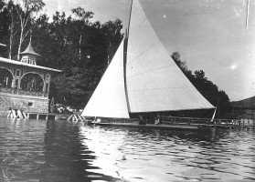 Segelboot vor Seerestauration