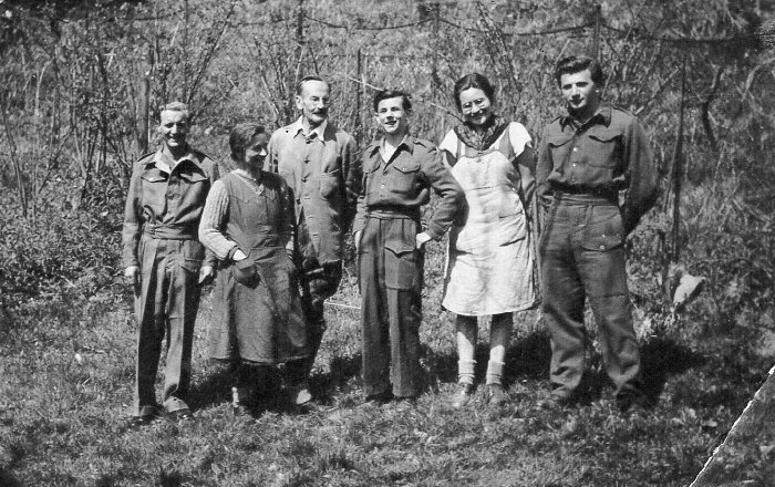 Britische Soldaten mit der Familie Schindler 1946