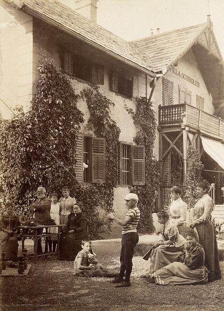 Mit Gesellschaft im Garten 1890